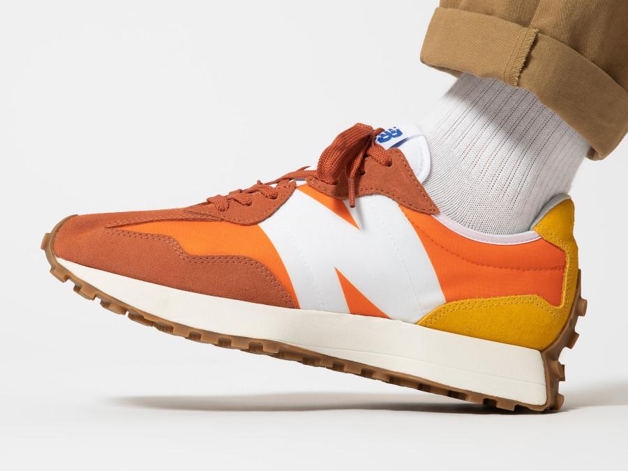 New-Balance-327-homme-marron-orange-et-jaune-on-feet-3