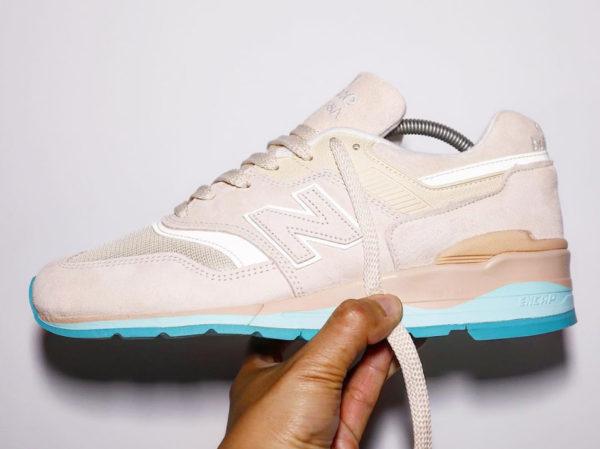 New Balance 997 en suède beige avec une semelle bleue (0)