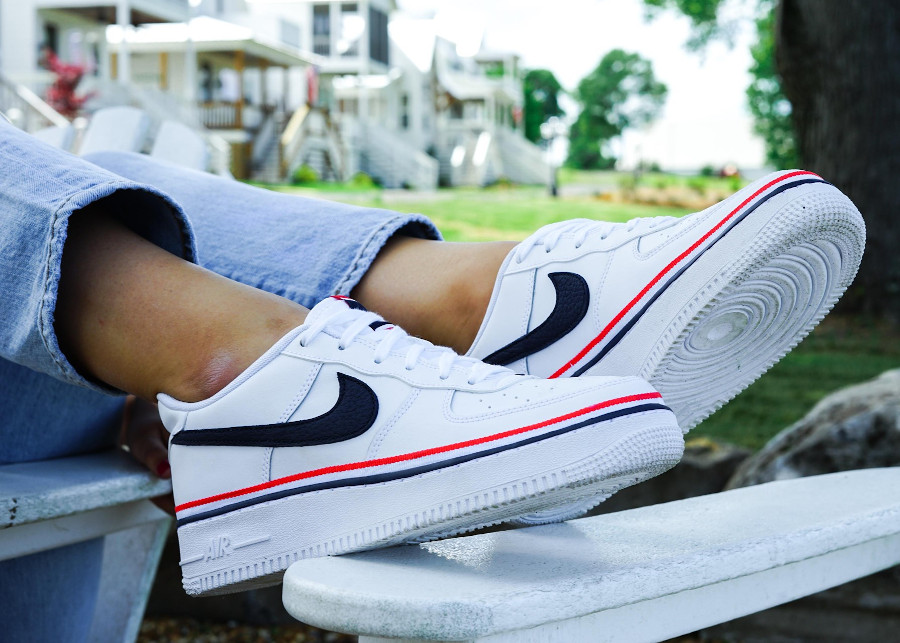 Nike Air Force 1 blanche avec un ruban tricolore on feet (2)