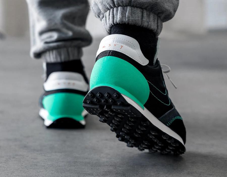 Nike Daybreak Type on feet noire noire blanche et vert menthe (1)