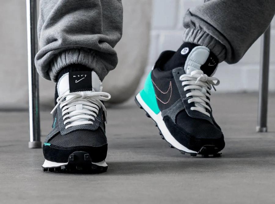 Nike Daybreak Type on feet noire noire blanche et vert menthe (2)