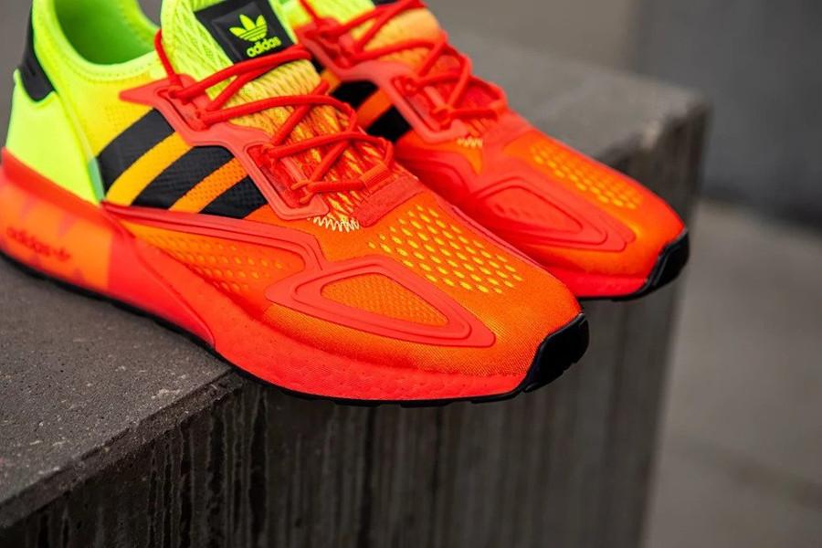 Adidas ZX 2K Boost avec un dégradé jaune fluo et rouge (2)