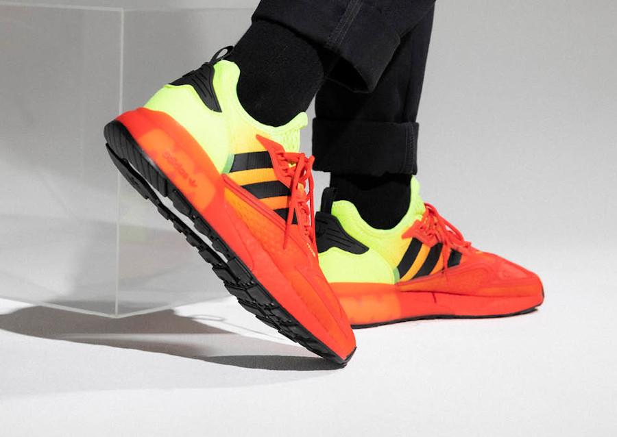 Adidas ZX 2K Boost avec un dégradé jaune fluo et rouge (6)