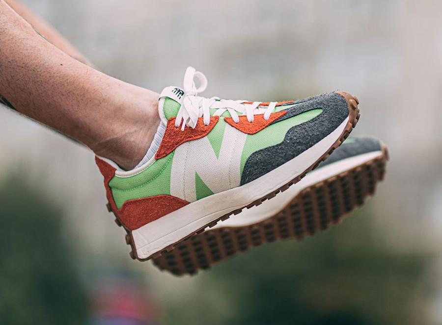New Balance 327 homme orange vert fluo gris on feet (1)