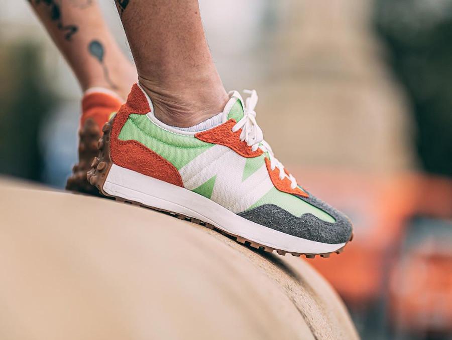 New Balance 327 homme orange vert fluo gris on feet (2)