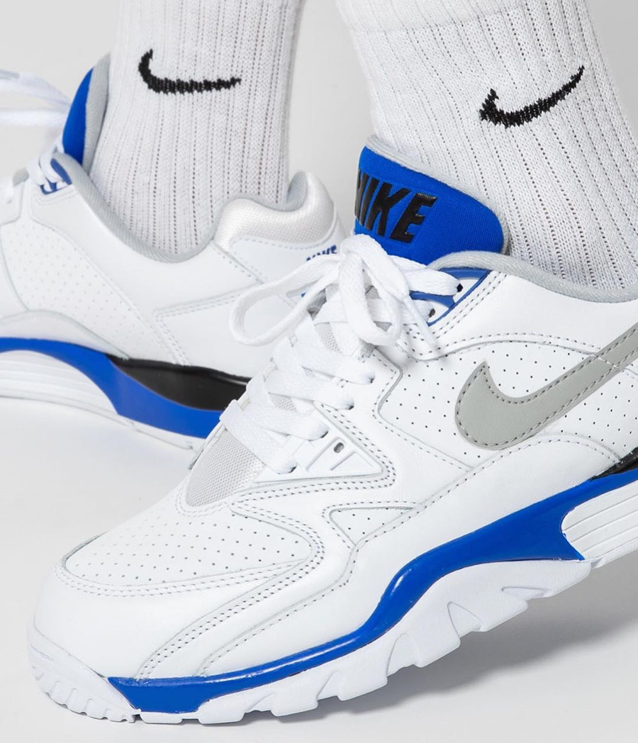 Nike Air Cross Trainer III Low blanche bleu et grise on feet (2)