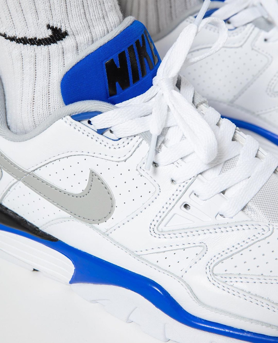 Nike Air Cross Trainer III Low blanche bleu et grise on feet (3)