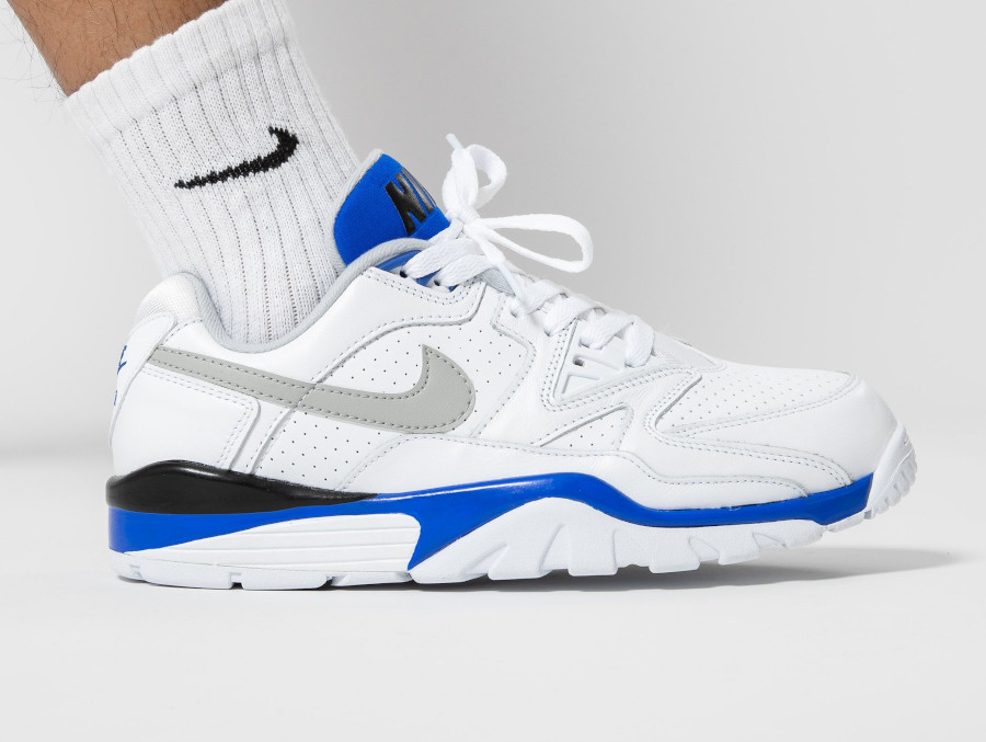 Nike Air Cross Trainer III Low blanche bleu et grise on feet (4)