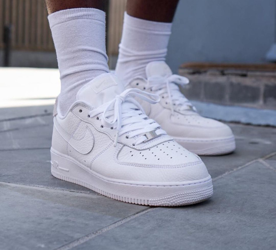 Nike Air Force 1 Low Craftsmanship blanche et grise on feet (2)