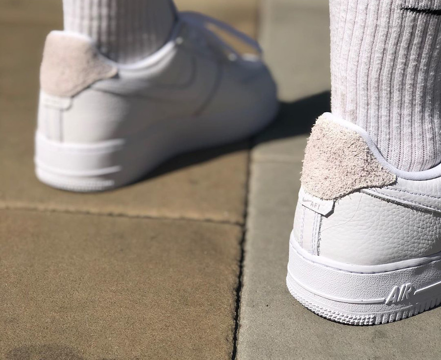 Nike Air Force 1 Low Craftsmanship blanche et grise on feet (3)