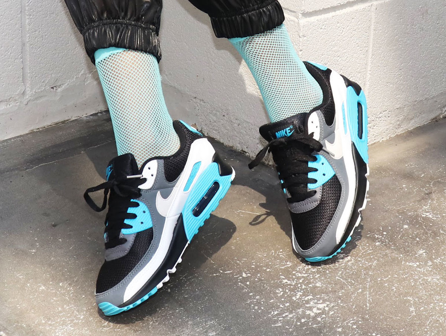 Nike Air Max 90 2020 bleu noir gris et blanc on feet (2)