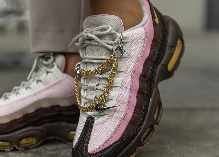 Nike Air Max 95 brun velours jaune opti on feet (1)