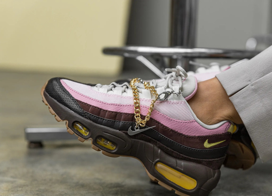 Nike Air Max 95 brun velours jaune opti on feet (2)