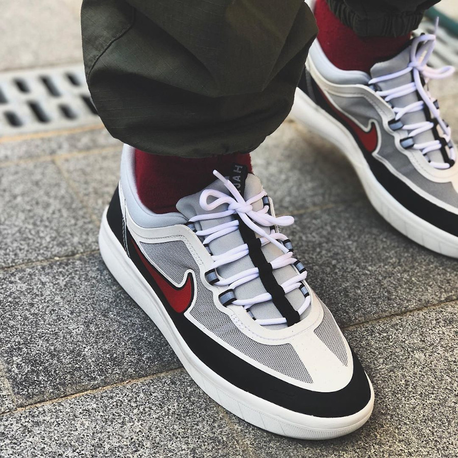 Nike Nyjah Free 2.0 blanche noire et rouge ont feet