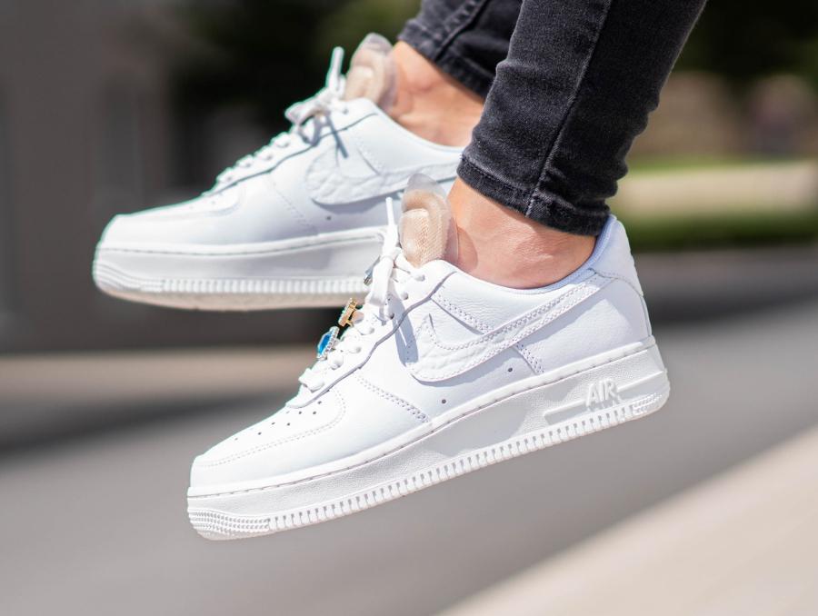Nike-Air-Force-1-Low-blanche-avec-des-bijoux-on-feet-2