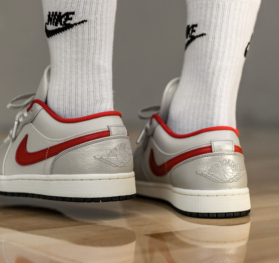 Air Jordan 1 Low 2020 gris argent métallique et rouge on feet (1)