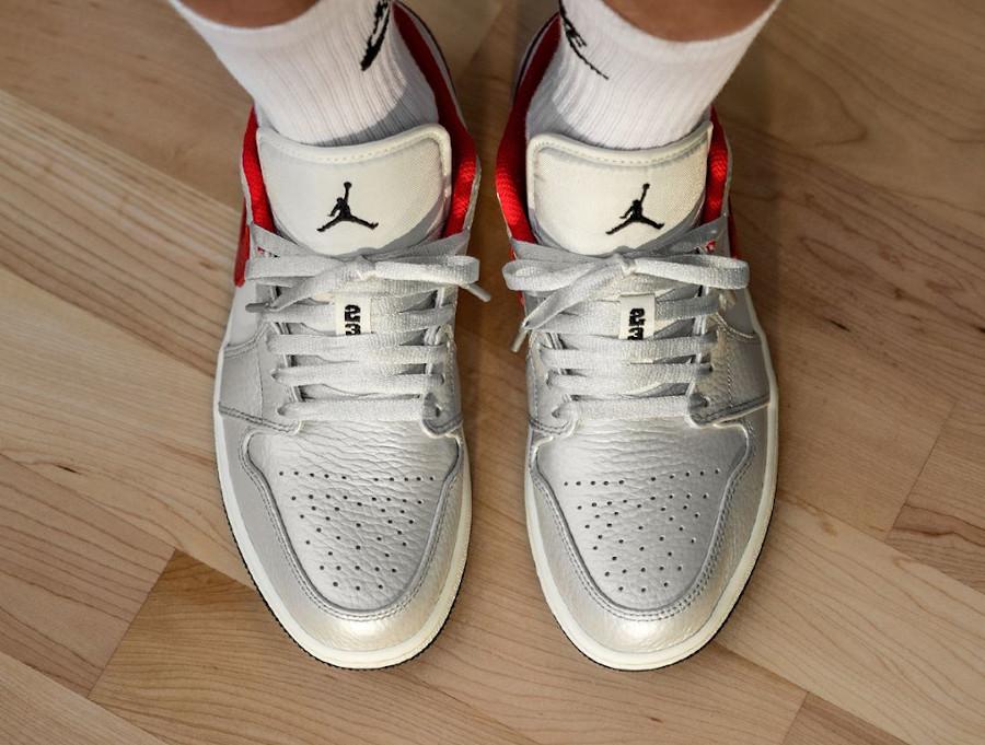 Air Jordan 1 Low 2020 gris argent métallique et rouge on feet (3)