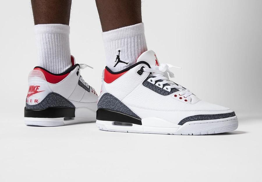 Air Jordan III 2020 Retro blanche rouge avec du jeans (3)