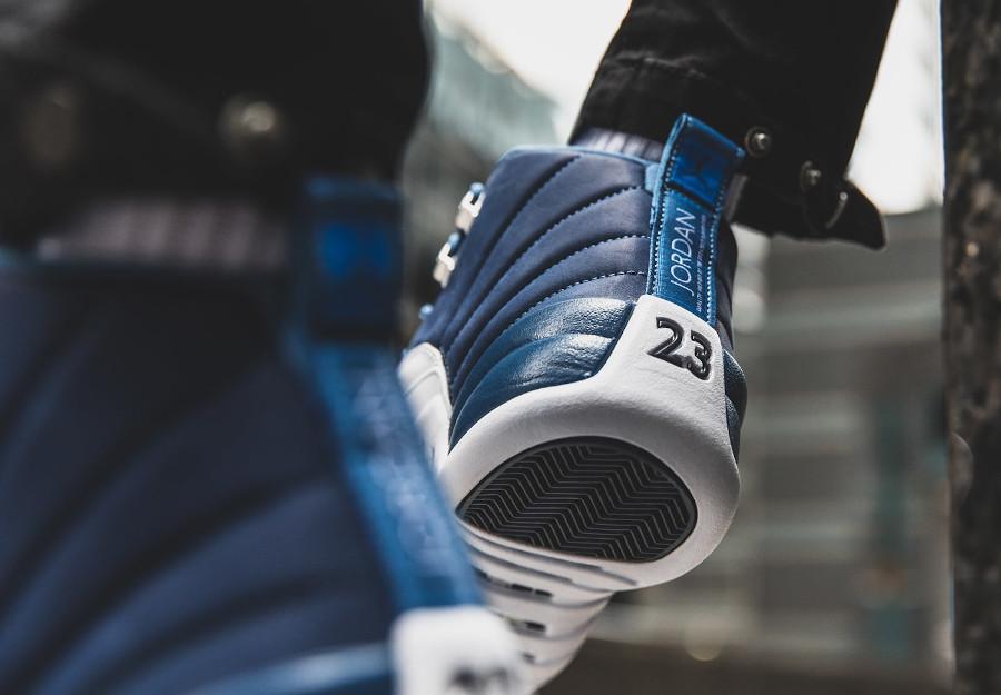 Air Jordan XII 2020 blanche et bleu foncé on feet (1)