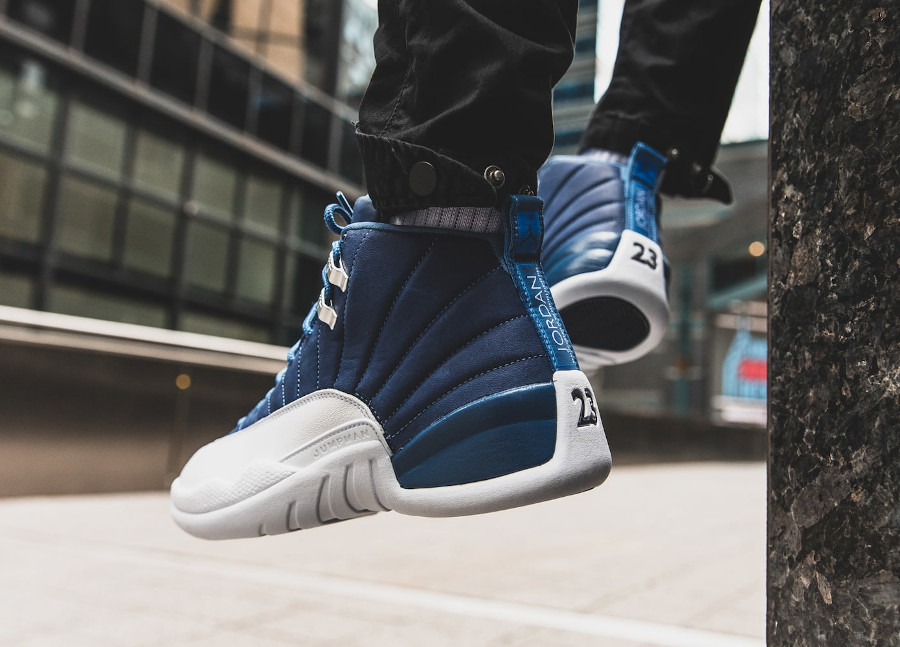 Air Jordan XII 2020 blanche et bleu foncé on feet (2)