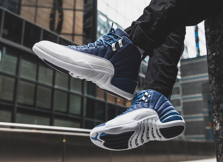 Air Jordan XII 2020 blanche et bleu foncé on feet (3)