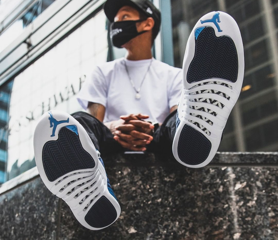 Air Jordan XII 2020 blanche et bleu foncé on feet (4)