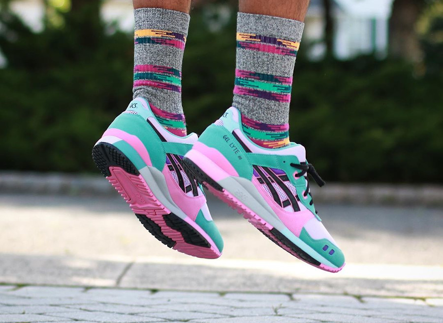 Asics Sportstyle Gel Lyte III 2020 turquoise violet et rose on feet (2)