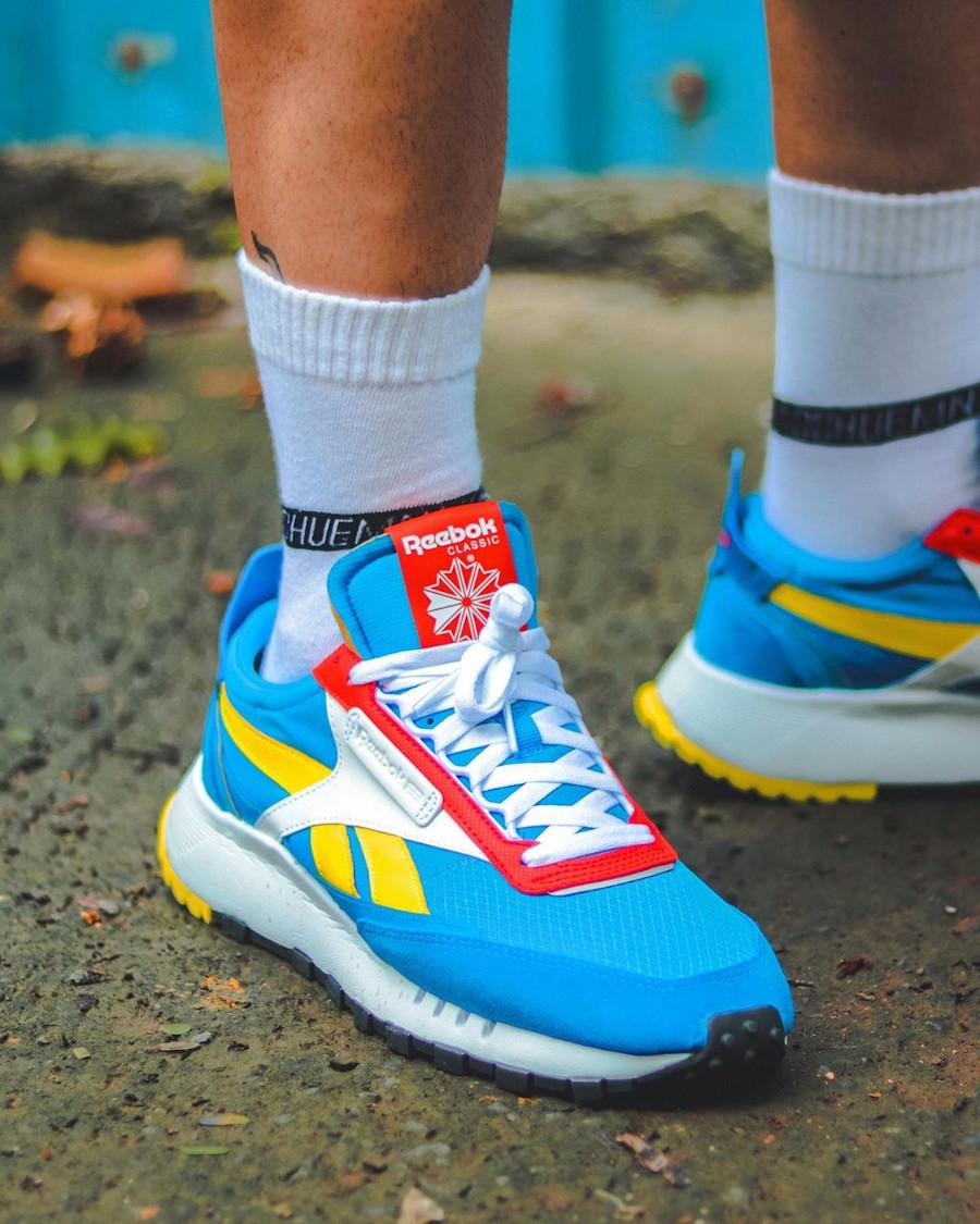Reebok CL Legacy deconstruct bleu jaune et rouge on feet (4)