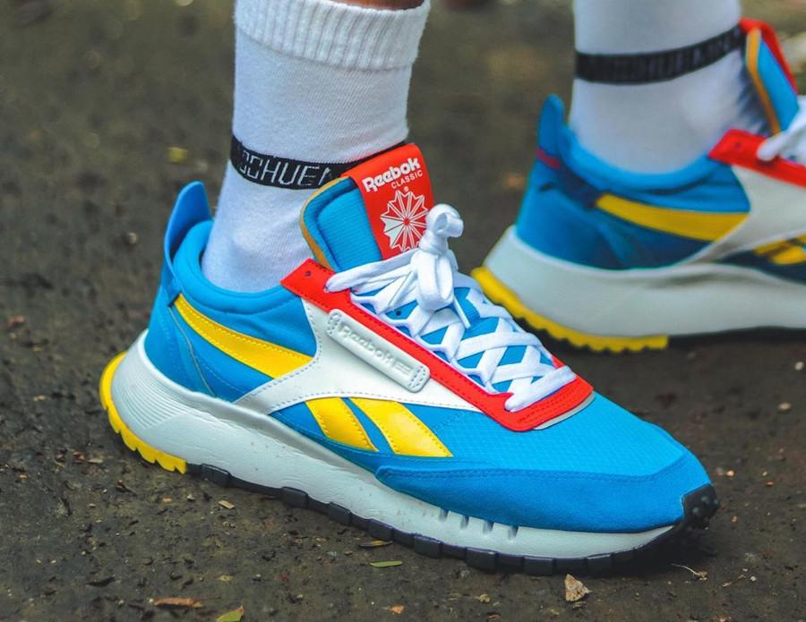 Reebok CL Legacy deconstruct bleu jaune et rouge on feet (5)