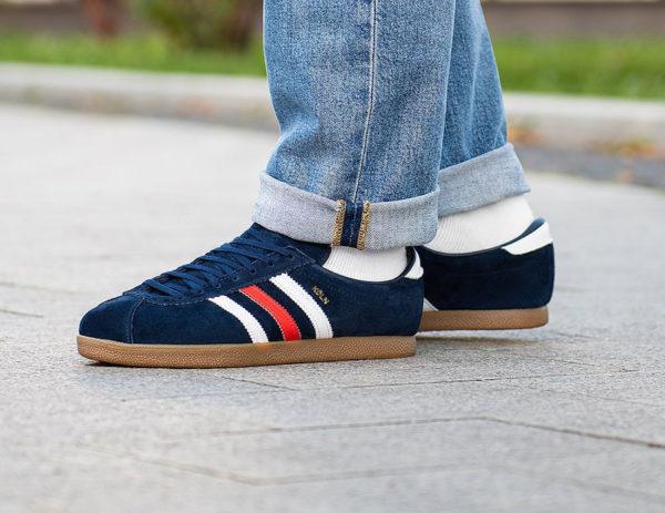 Adidas Köln bleu foncé on feet