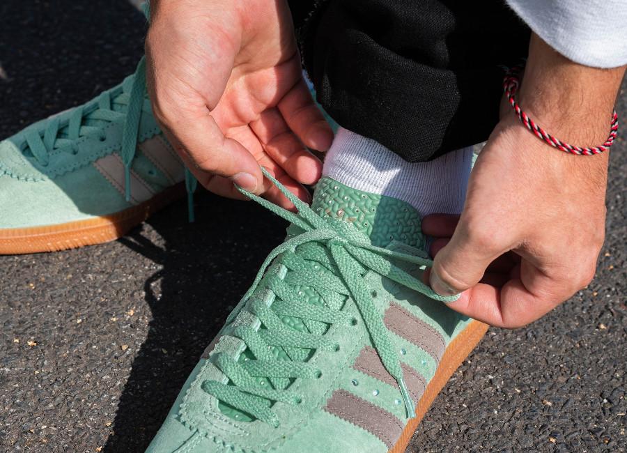 Adidas Padiham 2020 en daim vert menthe on feet (1)