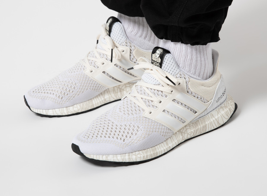 Adidas-Ultra-Boost-DNA-Princess-Leia-blanche-et-noire-FY3499
