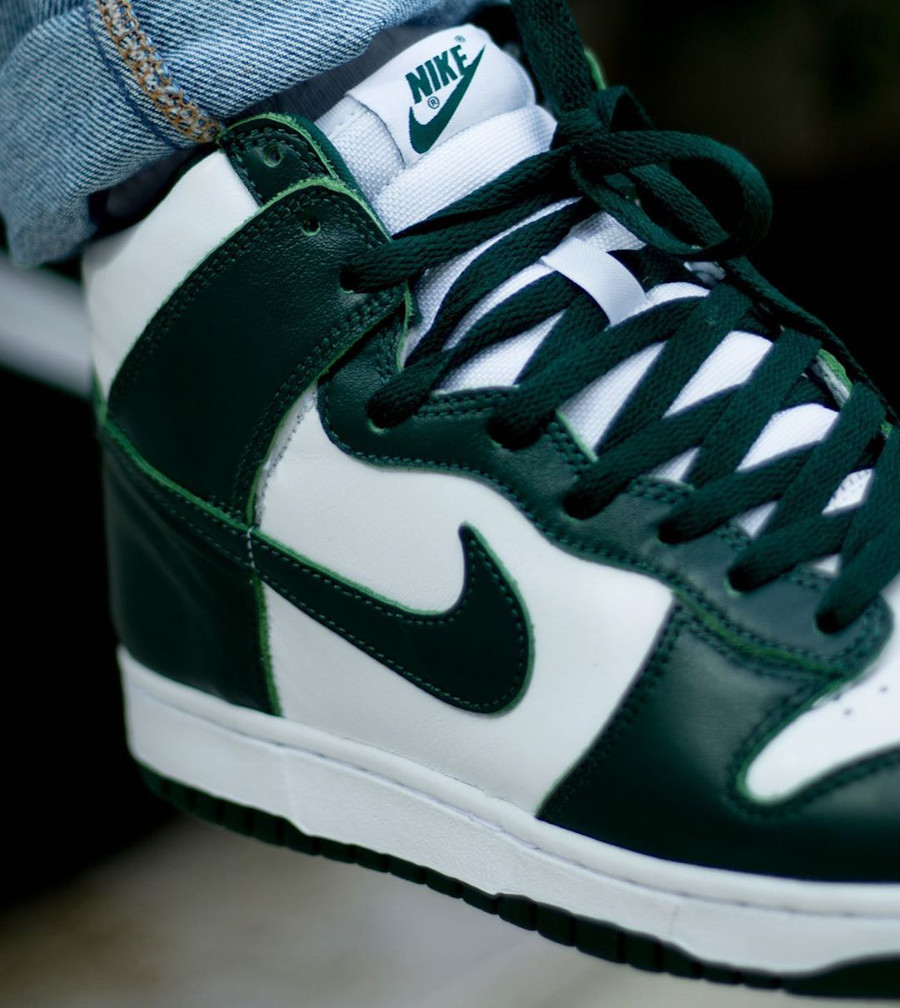 Nike Dunk High blanche et verte (Be True To Your School) on feet (1)