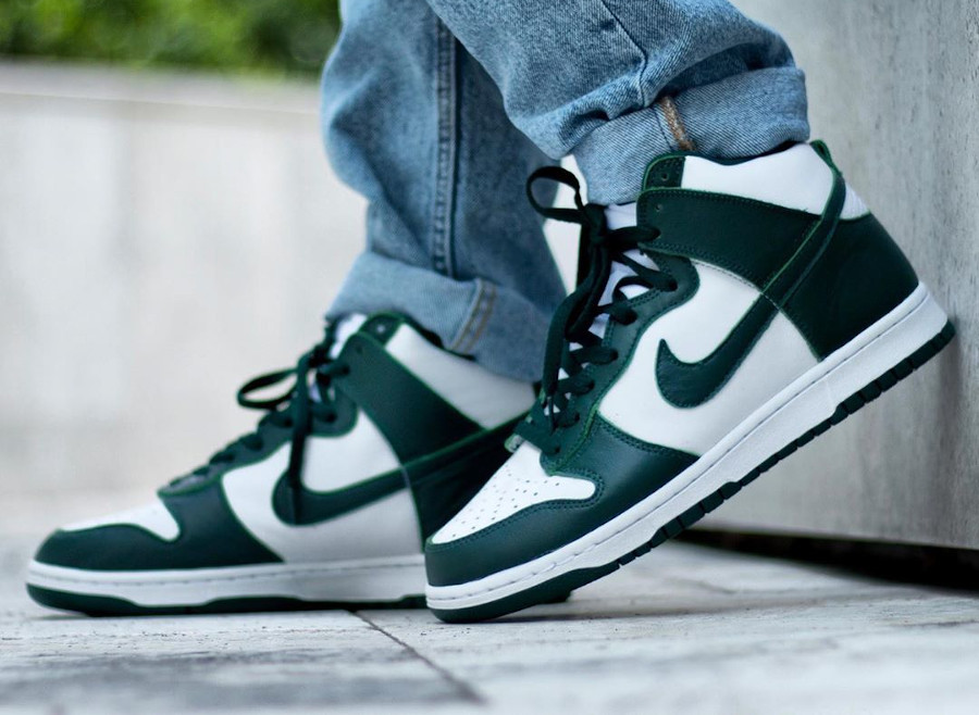 Nike Dunk High blanche et verte (Be True To Your School) on feet (3)