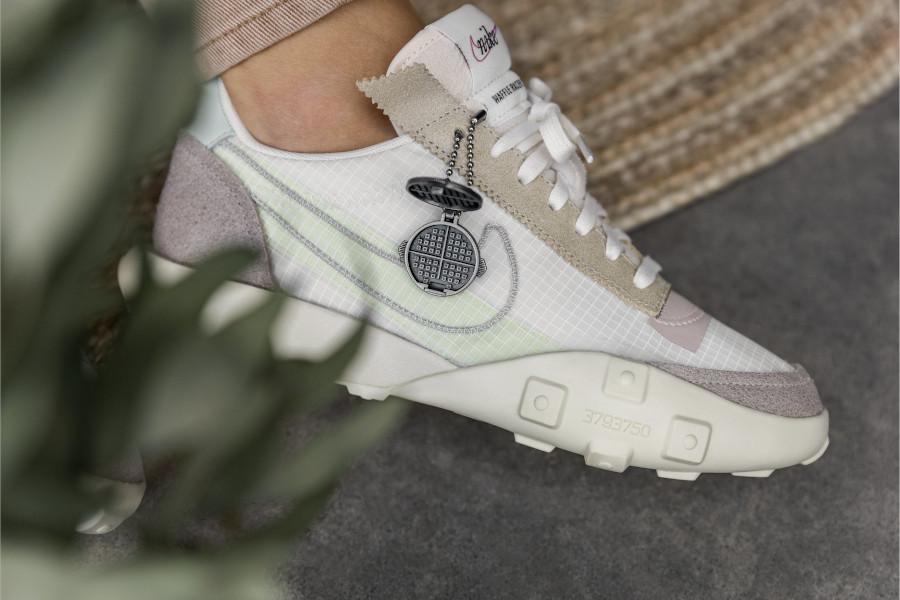 Nike Waffle Racer Lux beige blanc cassé on feet (1)