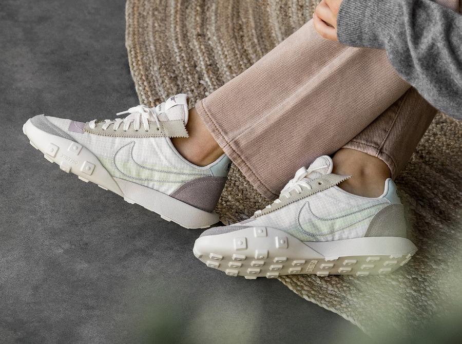 Nike Waffle Racer Lux beige blanc cassé on feet (2)