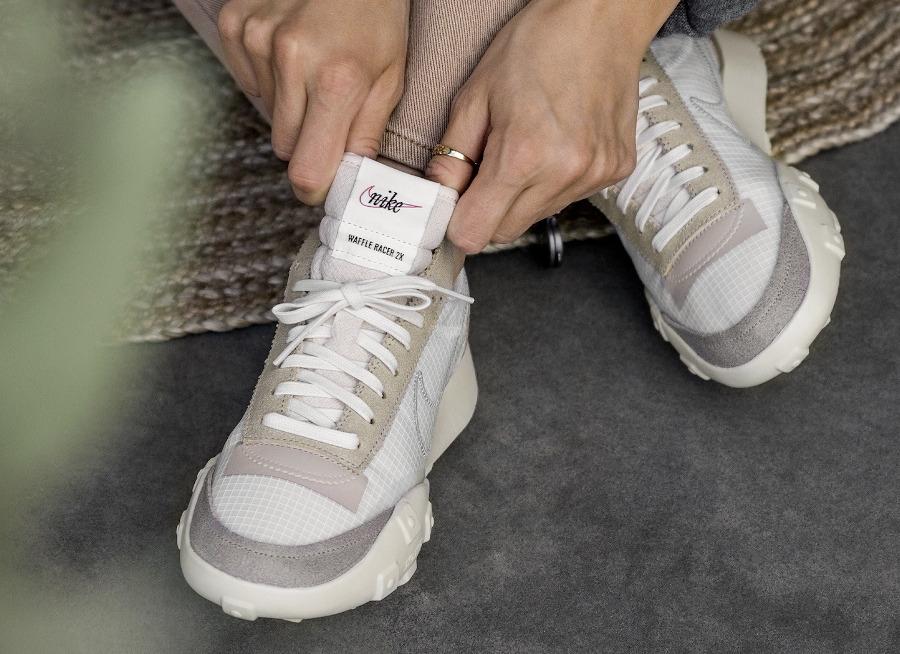 Nike Waffle Racer Lux beige blanc cassé on feet (3)