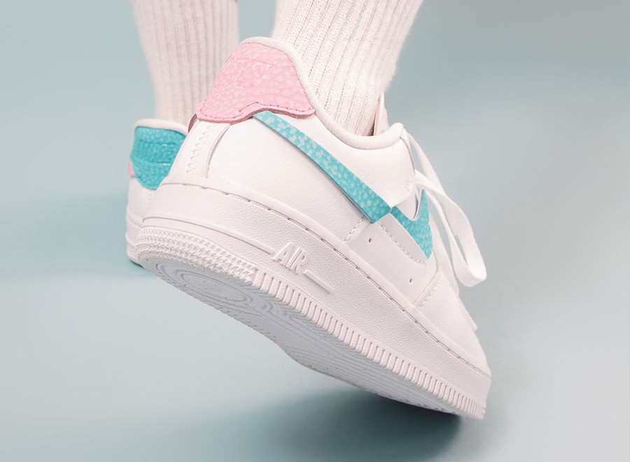 Nike Air Force One Vandalized blanche rose et bleu turquoise on feet (2)