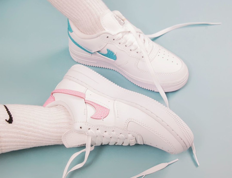 Nike Air Force One Vandalized blanche rose et bleu turquoise on feet (3)