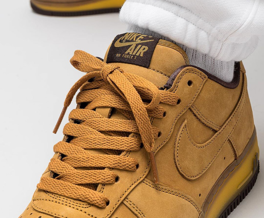 Nike Air Force One en daim marron on feet (semelle transparente) (5)