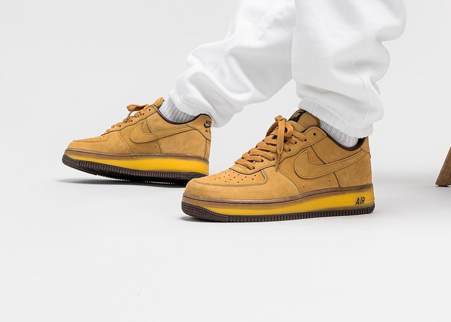 Nike Air Force One en daim marron on feet (semelle transparente) (6)