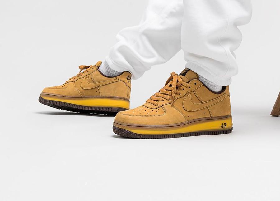 Nike Air Force One en daim marron on feet (semelle transparente) (6)