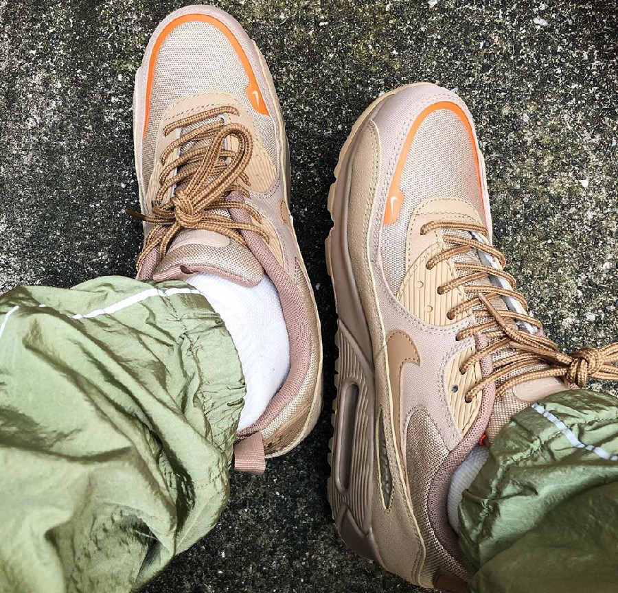 Nike Air Max 90 workwear beige et orange on feet (2)