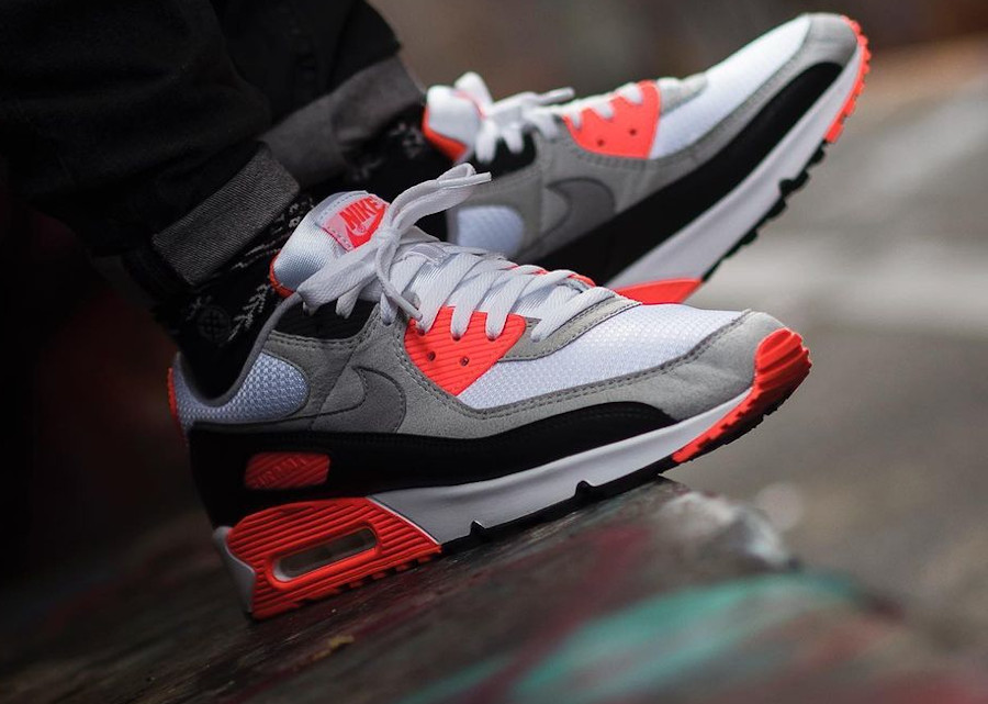 Nike Air Max III infrarouge on feet (3)