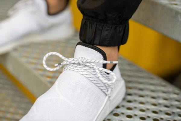 Adidas NMD HU blanche avec des sinogrammes (2)