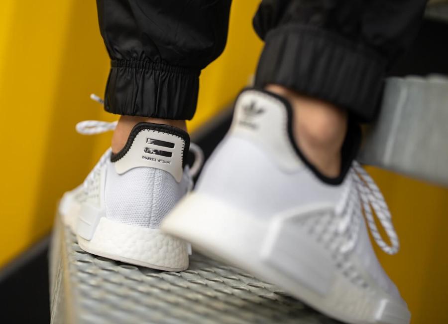 Adidas NMD HU blanche avec des sinogrammes (3)