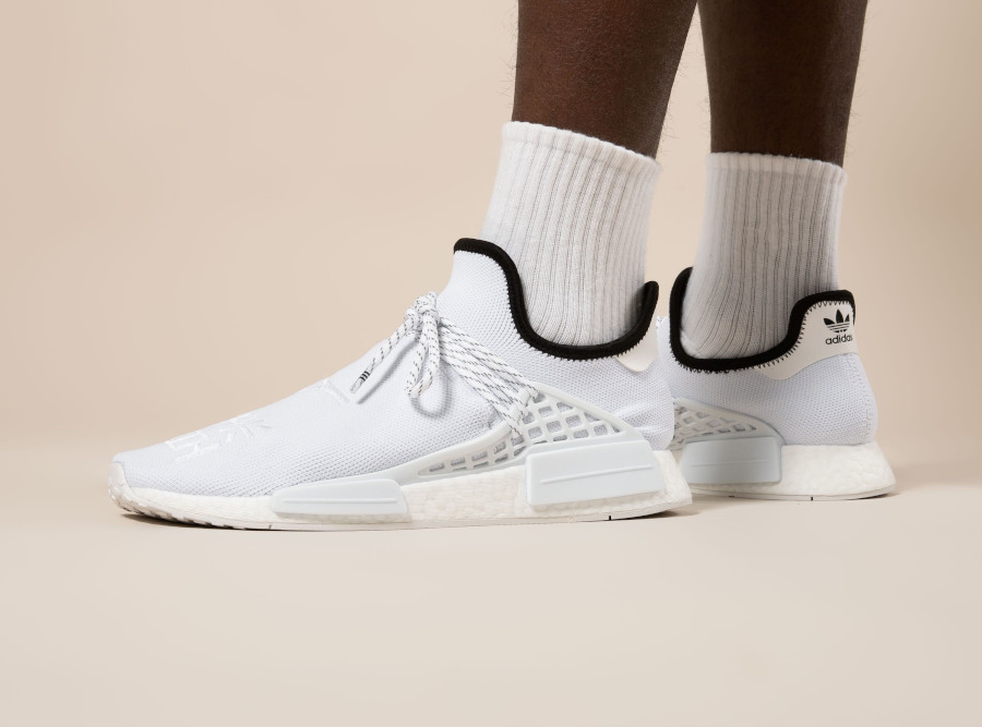 Adidas NMD HU blanche avec des sinogrammes (4)