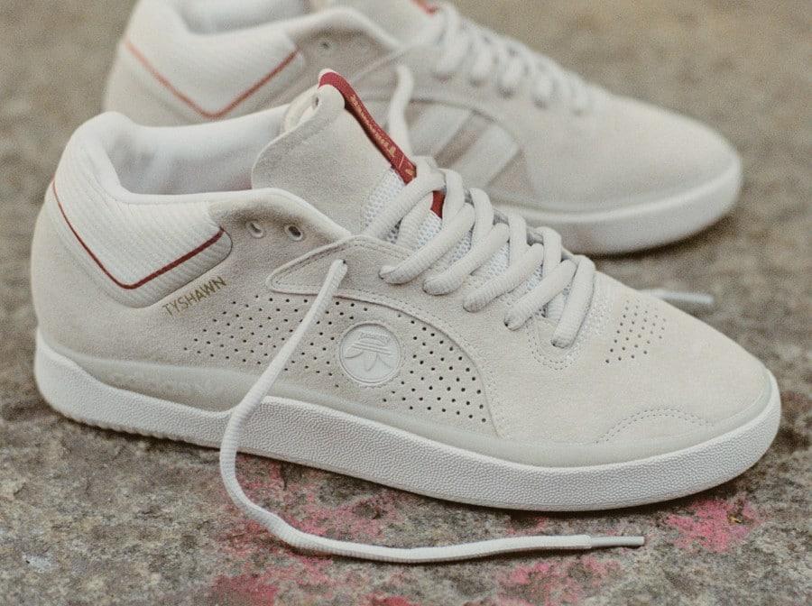 Adidas Tyshawn Jones en daim blanc cassé FY4583 (1)