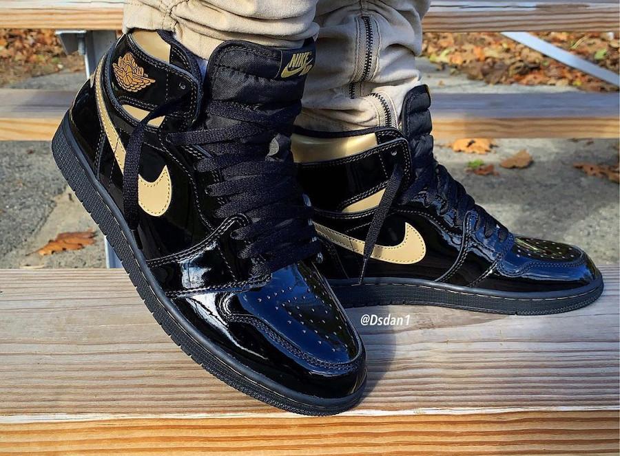 Air Jordan 1 en cuir vernis noir et doré on feet (1)
