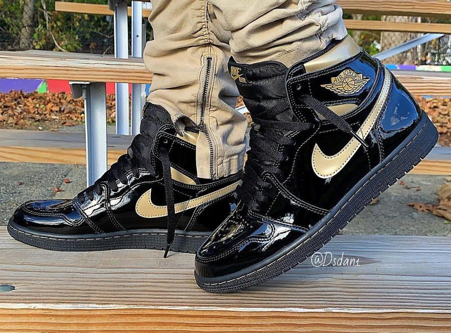 Air Jordan 1 en cuir vernis noir et doré on feet (2)